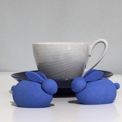 Retroporslin - Blåeld kopp och fat, formgiven av Hertha Bengtson för Rörstrand. Framför står två blå kaniner från Larssons trä.