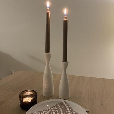 Linnefärgade stearinljus från Delsbo Candel i vita träljusstakar från Larssons trä och en Kastelhelmi ljuslykta i färg Linne - Den gamla butiken i Örsbäck