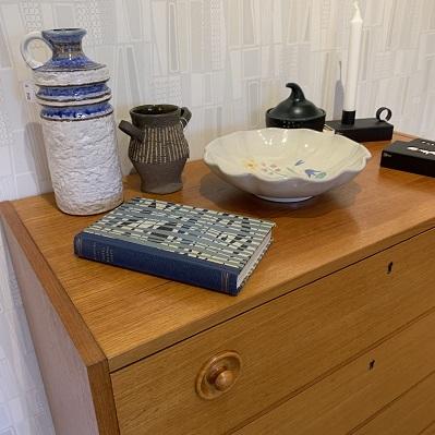 Retrokeramik på teakbyrå 4 lådor i salongen i DGB Örsbäck