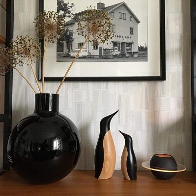 Pallovas i svart från Skrufs glasbruk, pingviner från Architectmade och magiska ljuslyktan Sfär från JLM Form i den lilla salongen i Den gamla butiken i Örsbäck