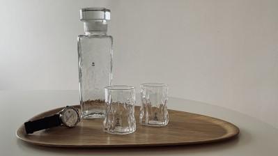 Tälja-glas från Erik Nyström på Nattetid, tillsammans med Göran Wärffs glaskaraff för Pukeberg. Bricka från Åry Home. Foto: Den gamla butiken i Örsbäck.